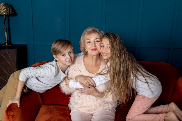 Frères et sœurs passent du temps avec leur grand-mère