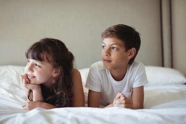 Frères et sœurs à la recherche de suite dans son lit