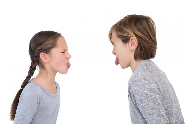 Les frères et sœurs se collent la langue dans un combat