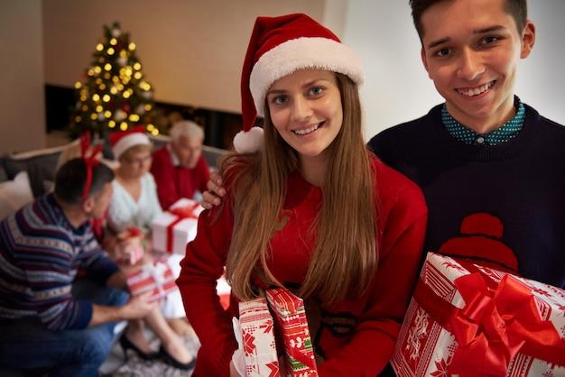 Les frères et sœurs tenant des cadeaux de noël