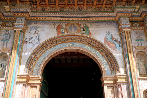 Fresque magnifique du porche principal église de san pedro apostol de andahuaylillas, andahuaylillas, pérou