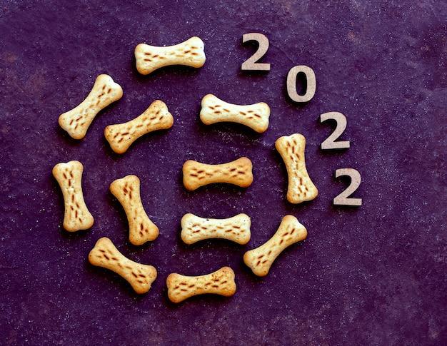 Friandise pour chien sous la forme d'un jouet d'arbre de noël 2022 nouvel an