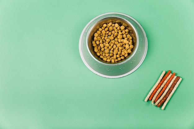 Friandises pour animaux de compagnie près de la nourriture