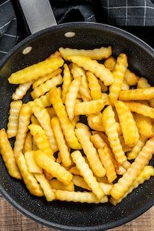 Fried crinkle four pommes frites bâtonnets de pommes de terre dans une casserole