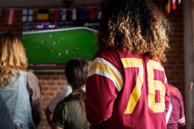 Frieds acclamant le sport au bar ensemble