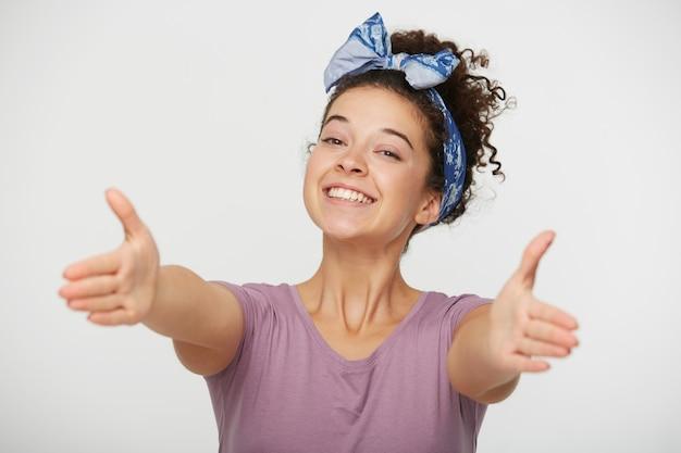 Friendly femme ouverte étend ses bras vers l'avant prêt à embrasser quelqu'un