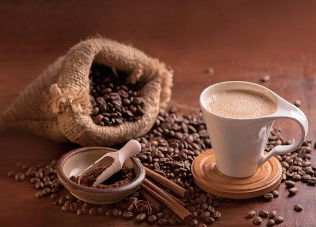 Frit brillant avec des grains fumés, surface des grains de café