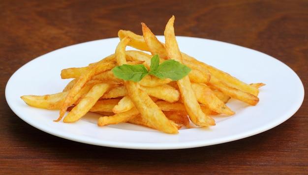 Frites aux feuilles de menthe sur une assiette