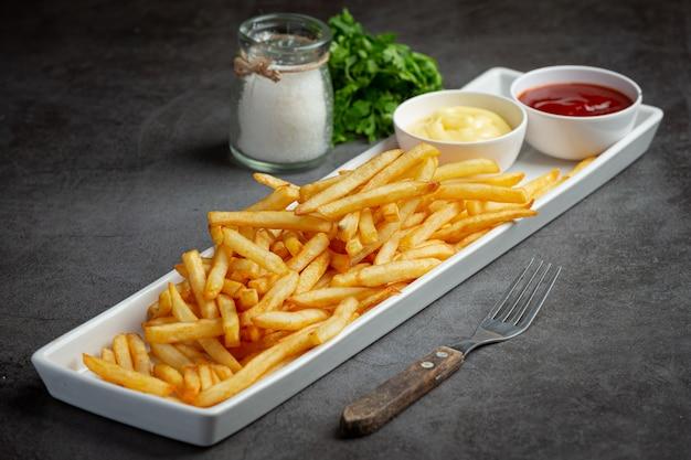 Frites croustillantes au ketchup et mayonnaise.