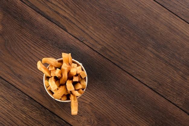 Frites dans un verre vue de dessus restauration rapide.