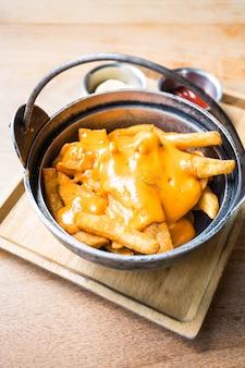 Frites avec du fromage sur le dessus