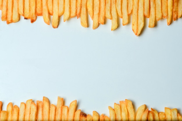 Frites sur fond blanc