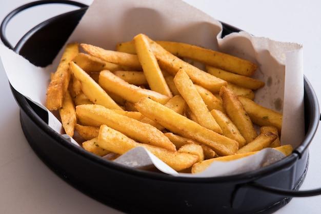 Frites fraîches et chaudes sur plaque