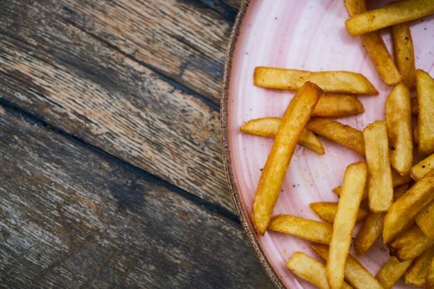 Frites frites sur une assiette