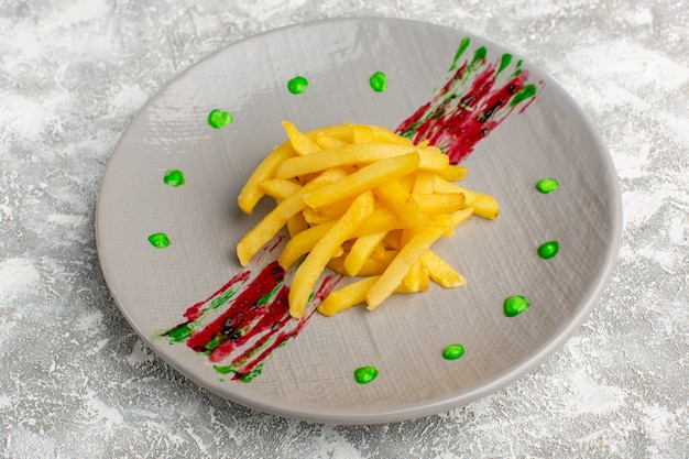 Frites à l'intérieur de la plaque sur gris