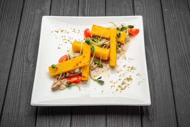 Frites de polenta avec microgreens