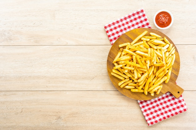 Frites avec sauce tomate ou ketchup