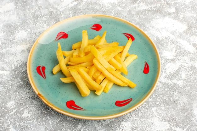Frites savoureuses à l'intérieur de la plaque bleue