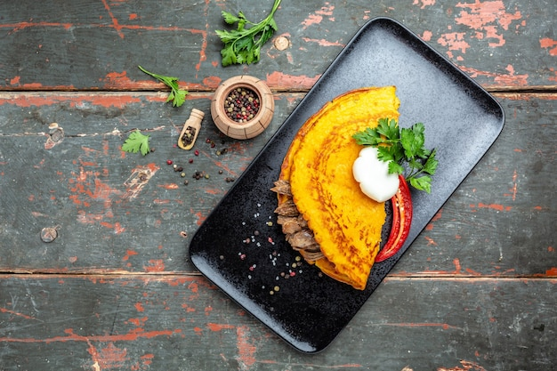 Frittata à la viande et œuf poché. omelette aux œufs gourmande et savoureuse. petit déjeuner de régime cétogène. bannière, menu, lieu de recette pour le texte, vue de dessus.