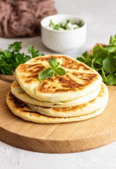 Friture de pain plat aux herbes et au fromage