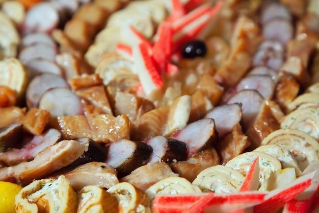 Froid sur le poisson sur table en buffet