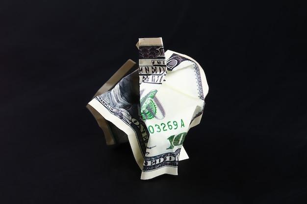 Froissé cent dollars américains. l'effondrement du dollar. dévaluation. chute de monnaie.