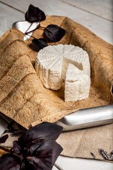 Fromage adyghe sur pain pita et feuilles de basilic.
