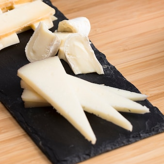 Fromage à angle élevé sur table