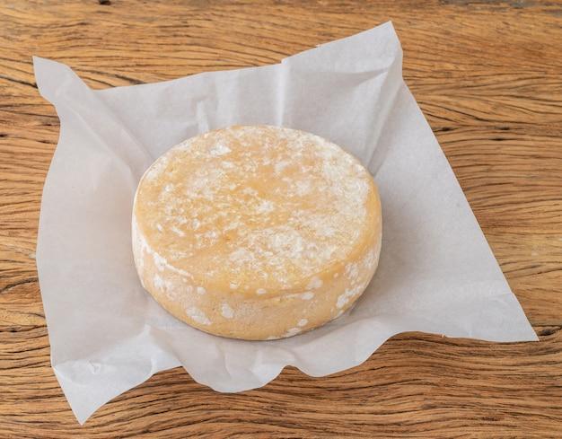 Fromage artisanal canastra du minas gerais, brésil sur papier.