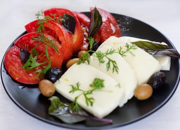Fromage blanc aux tomates, olives vertes et noires, basilic, coriandre et huile d'olive