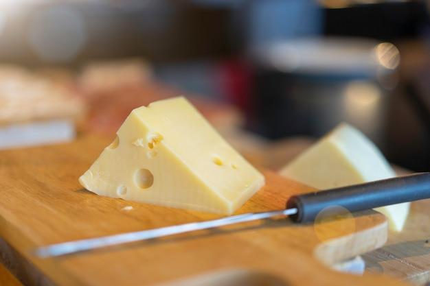 Fromage sur le bloc de coupe en bois dans le restaurant.