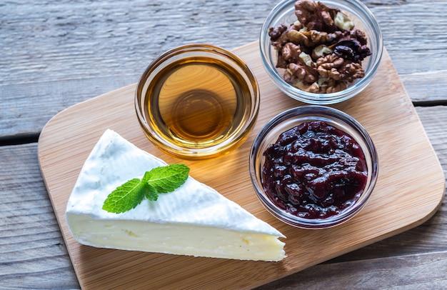 Fromage brie au miel, confiture et noix