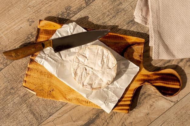 Fromage brie vue de dessus et un couteau