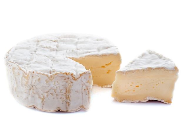 Fromage camembert sur blanc