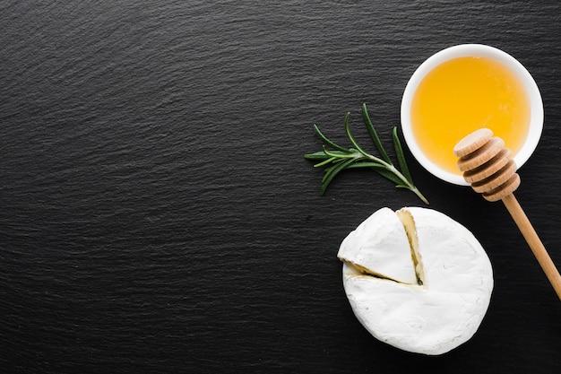 Fromage camembert plat et miel avec espace de copie