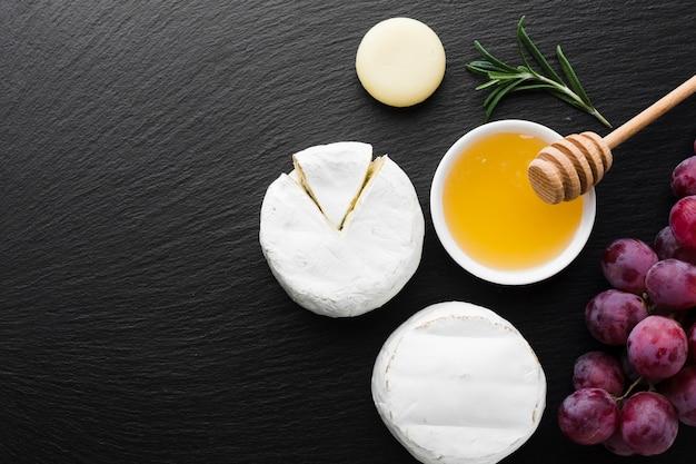 Fromage camembert à plat et miel avec espace de copie