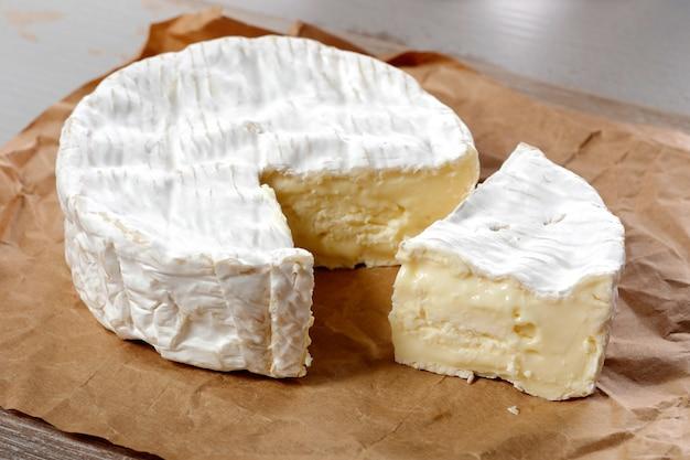 Fromage camembert traditionnel normand français, produit laitier