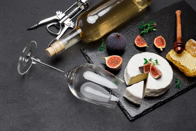 Fromage camembert et une tranche coupée sur une planche de service en pierre