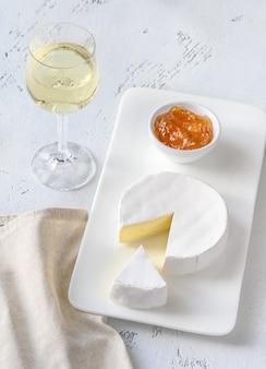 Fromage camembert avec verre de vin