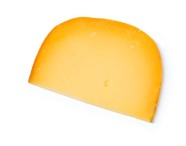 Fromage cheddar sur le dessus sur un blanc isolé.