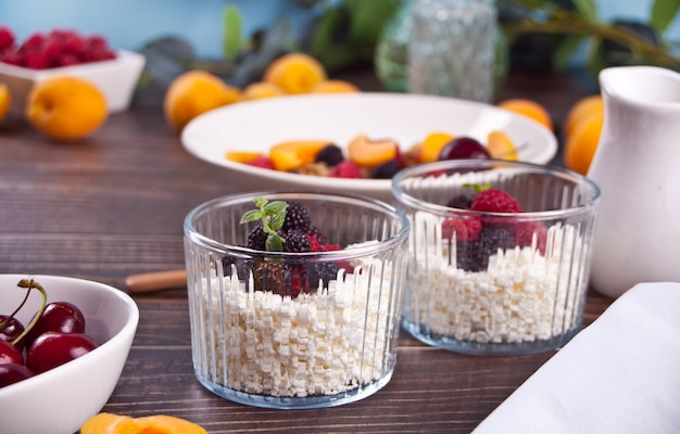 Fromage cottage aux baies et aux fruits abricot pour un petit-déjeuner sain.