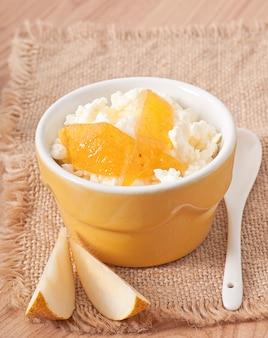 Fromage cottage avec confiture de poire dans un bol