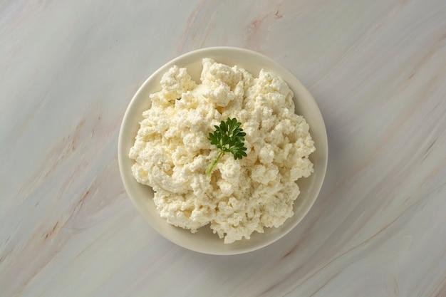 Fromage cottage sur fond de marbre. produits laitiers, calcium et protéines.