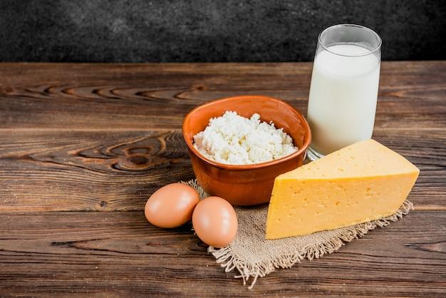 Fromage cottage, fromage et verre de lait sur fond de bois. les produits laitiers.