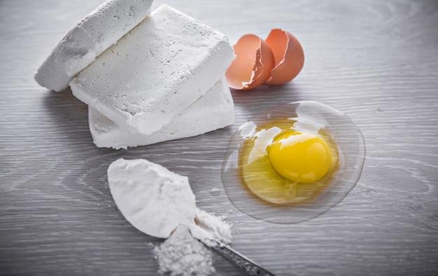Fromage cottage, œuf et cuillère de farine