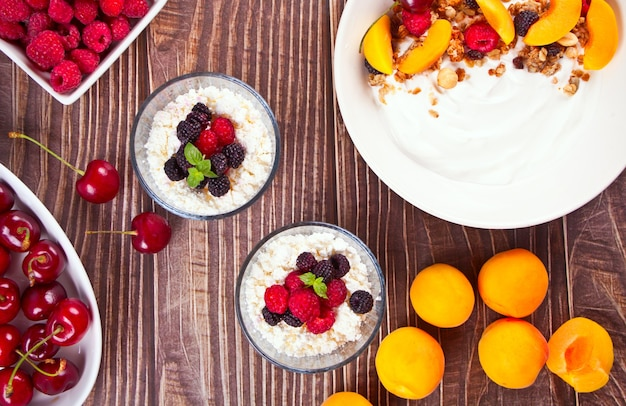 Fromage cottage et yaourt aux baies et aux fruits abricot pour un petit-déjeuner sain. vue de dessus.