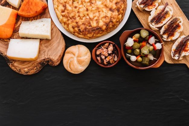 Fromage couché près de divers plats