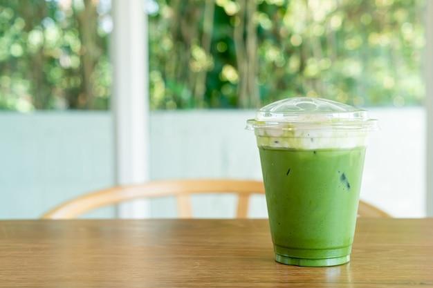 Fromage à la crème au thé vert matcha dans une tasse à emporter