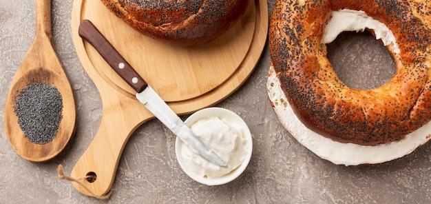 Fromage à la crème et bagel vue de dessus