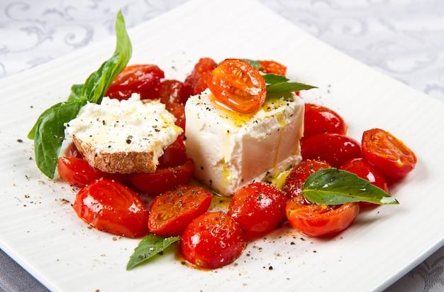 Fromage à la crème avec des tomates fraîches rouges